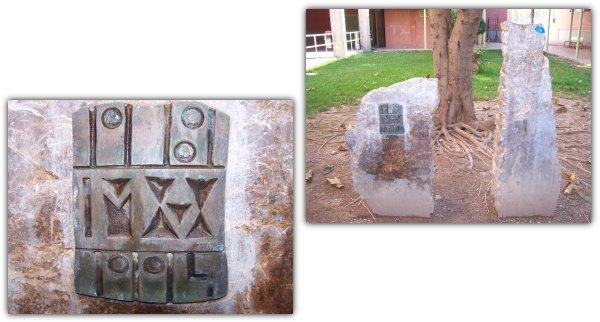 Monolito conmemorativo ubicado en el patio del Instituto